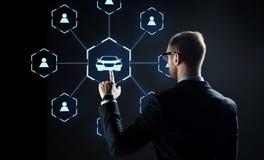 Geschäftsmann mit virtuellem Hologramm des Carsharings stockbild