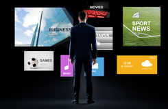 Geschäftsmann mit virtuellen Anwendungen stockbilder