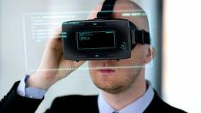 Geschäftsmann mit vr Kopfhörer und virtueller Projektion stock footage