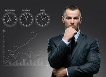 Geschäftsmann mit Wachstumswarenkorb auf grauem Hintergrund Lizenzfreie Stockbilder