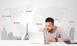 Geschäftsmann mit Weltkarte und Haupt-Marksteinen der Welt Lizenzfreie Stockfotografie