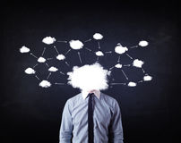 Geschäftsmann mit Wolkennetzkopf Stockfotos