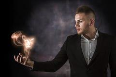 Geschäftsmann mit Yen auf Feuer Stockfotos
