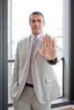Geschäftsmann mit Zeichen Alt in im Freien Lizenzfreie Stockbilder