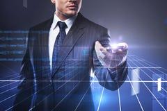 Geschäftsmann mit Zellen-phoe und Network Connection lizenzfreies stockbild