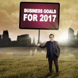 Geschäftsmann mit Zielen für 2017 draußen Stockfoto