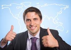 Geschäftsmann mit zwei Daumen oben gegen weiße Karte und blauen Hintergrund Lizenzfreies Stockbild
