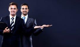Geschäftsmann mit zwei Jungen, der leeres copyspace zeigt Lizenzfreies Stockfoto