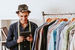Geschäftsmann in Mode mit dem Tablettenspeicher Stockfotos