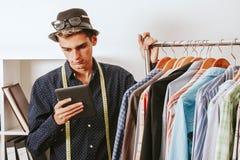 Geschäftsmann in Mode mit dem Tablettenspeicher Stockfotografie