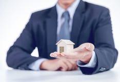 Geschäftsmann nach Hause, der an Hand darstellt lizenzfreies stockfoto