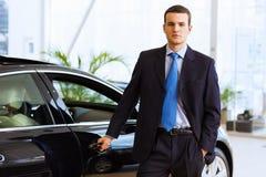 Geschäftsmann nahe Auto Stockfoto