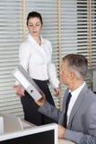 Geschäftsmann nimmt die Datei Stockbild