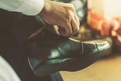Geschäftsmann oder Bräutigam banden eine Spitze Stockfoto