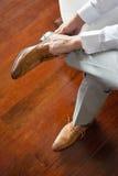 Geschäftsmann oder Bräutigam, die seine Braunschuhe tragen Lizenzfreie Stockfotografie