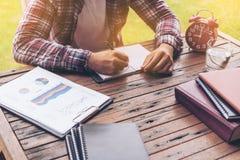 Geschäftsmann oder freiberuflich tätiges Arbeiten an einem Schreibtisch Stockfoto