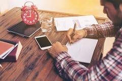 Geschäftsmann oder freiberuflich tätiges Arbeiten an einem Schreibtisch Lizenzfreies Stockbild