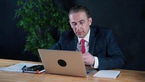 Geschäftsmann oder Rechtsanwalt, die im Büro für einen Laptop arbeiten stock video