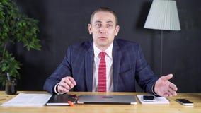 Geschäftsmann oder Rechtsanwalt, die im Büro für einen Laptop arbeiten stock video footage