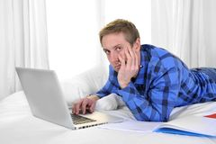 Geschäftsmann oder Student, die mit Computer arbeiten und studieren Lizenzfreies Stockfoto