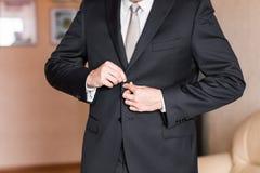 Geschäftsmann oder tragender Anzug des Bräutigams auf Hochzeitstag und dem Vorbereiten Lizenzfreies Stockbild