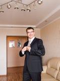 Geschäftsmann oder tragender Anzug des Bräutigams auf Hochzeitstag und dem Vorbereiten Stockfotos