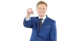 Geschäftsmann-Offering-Schlüssel des Hauses, Eigentum verkaufend, Immobilienagentur stockbild
