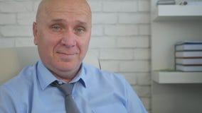 Geschäftsmann-In Office Room-Bild-Lächeln glücklich stockfotografie