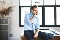 Geschäftsmann-Phone Boss Callings-Arbeits-Konzept stockfoto