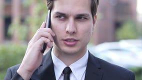 Geschäftsmann Phone Talk Portrait, Geschäfts-Verhandlung stock video footage