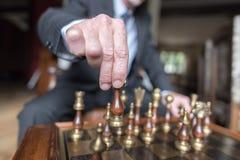 Geschäftsmann Playing Chess Stockfotos
