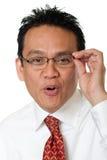 Geschäftsmann prüft Brillen stockfotografie