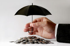 Geschäftsmann Protecting Coins Stockbild