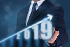 Geschäftsmann-Punkthand auf die Oberseite des Pfeildiagramms mit hoher Zuwachsrate Der Erfolg und wachsende das Wachstumsdiagramm lizenzfreies stockbild