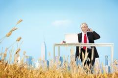 Geschäftsmann-Relaxation Freedom Happiness-Flucht-Konzept Lizenzfreie Stockbilder