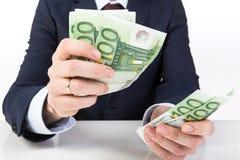 Geschäftsmann ` s Hand, die Geld, Eurobanknoten hält Lizenzfreies Stockbild