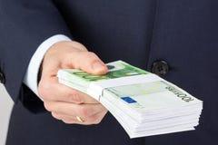 Geschäftsmann ` s Hand, die Geld, Eurobanknoten hält Lizenzfreie Stockfotografie
