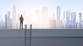 Geschäftsmann-Schattenbild auf Bürogebäude-Dach über moderner Stadt-Landschaft Stockbilder