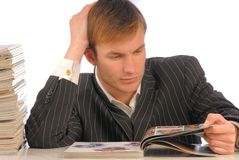 Geschäftsmann schaut Zeitschrift stockbild