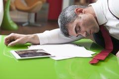 Geschäftsmann schlafend auf Dokumenten Lizenzfreies Stockfoto