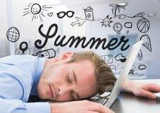 Geschäftsmann schlafend am Laptop gegen Sommergekritzel und undeutliches weißes Büro Lizenzfreies Stockbild