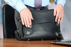 Geschäftsmann, schließend einen ledernen Aktenkoffer stehend Lizenzfreies Stockbild
