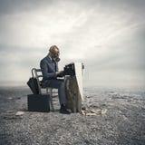 Geschäftsmann schreiben mit einer alten Schreibmaschine lizenzfreie stockfotos