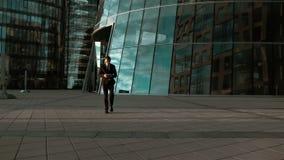 Geschäftsmann schreiben sms auf Smartphone stock video footage