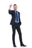 Geschäftsmann schreibt auf eingebildeten Schirm Stockfotos