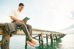 Geschäftsmann By The Sea Lizenzfreie Stockfotos