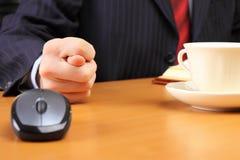 Geschäftsmann an seinem Arbeitsplatz zeigt fico. Stockfotografie