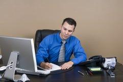 Geschäftsmann in seinem Büro lizenzfreie stockbilder