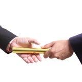 Geschäftsmann senden goldenes boton für Wettbewerb einschließen Abschneidenp Lizenzfreie Stockfotografie