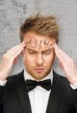 Geschäftsmann setzt Hände auf abziehen weg und gebrochene Stirn lizenzfreie stockfotos